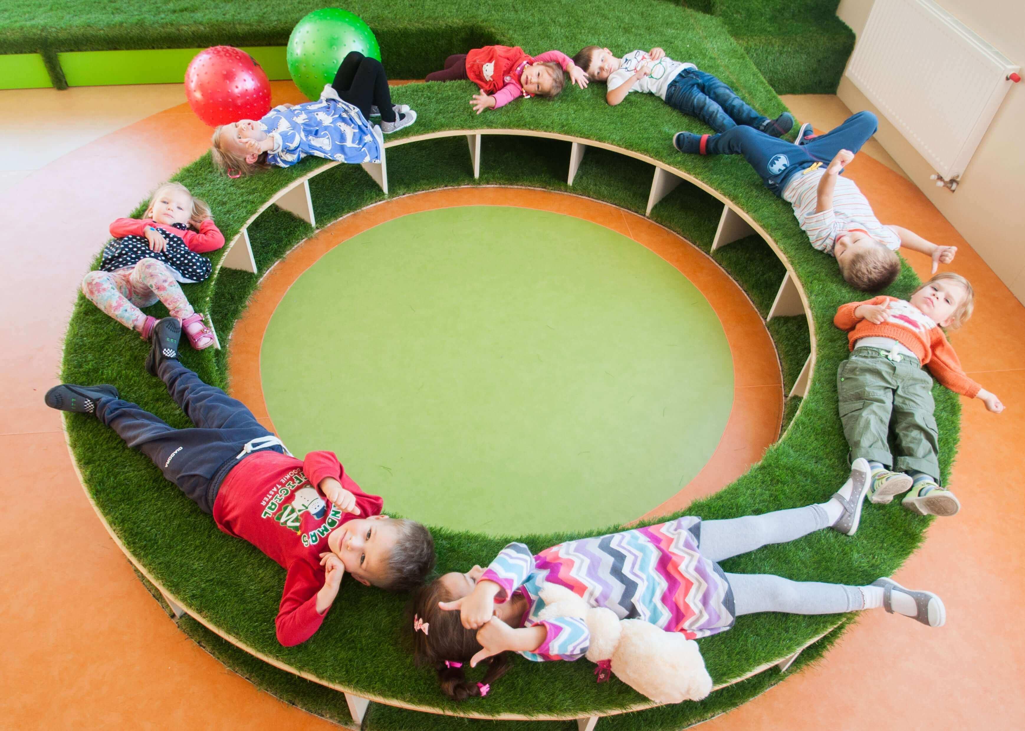 дети играют в развивающие игры с учительницей